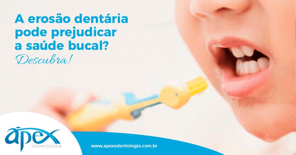 A imagem mostra uma criança escovando os dentes.